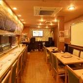 店舗の奥には、テレビやイベントスペースを設置