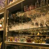 旨い酒が一段と美味しく感じられる、煌びやかなグラスの饗宴