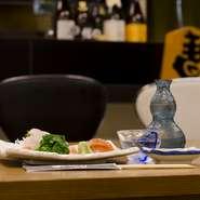 店主の調理を間近に眺められるカウンター席は、一人のお客様にも居心地のよい空間。店主と旬の味覚の話をするのも良し、静かに旨い酒と肴を楽しむのも良し。出張でお一人の方も、気兼ねなくご利用いただけます。