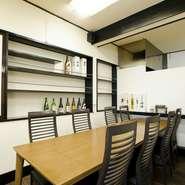 小上がりのお座敷個室、広めのテーブル席があり、歓送迎会や各種の宴会にも向くお店です。15名様から、貸し切りでの御利用も受け付けています。お料理や飲み放題の内容については、予約時にご相談を。
