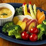 地元川越の小野農園さんの有機無農薬野菜を使用した、自家製ピクルス、フレッシュグリーンサラダ、バーニャカウダー、グリル野菜のペペロンチーニをご用意しております!