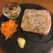 豚肉を使用した自家製のパテ。 ディジョンマスタードで美味しさ倍増