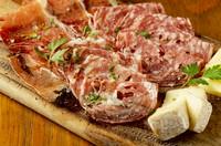 イタリアン生ハム(プロシュート、サラミ2種類)、カマンベールチーズ、パルミジャーノチーズの盛り合わせ