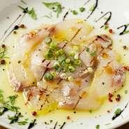 オーナーが市場に行き厳選し仕入れた鮮魚のカルパッチョ その日の魚は店内黒板、またはスタッフにお尋ねください