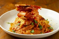 潰して濾して、海老を余すことなく使ったトマトソースに海老のエキスが凝縮。お皿からはみ出しそうなほどの大きな海老は、見た目のインパクトも大。季節によって変わっていく海老の味わいも楽しみな一皿です。