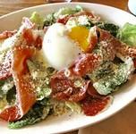 イタリアン生ハムと新鮮な川越 小野農園の有機無農薬のサラダに半熟卵をのせました。 ドレッシングは当店大人気のキャロットドレッシング