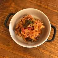 大人気な1品! 切り干し大根とツナ、ブラックオリーブを絶妙な辛さのトマトソースに和えたおつまみ。