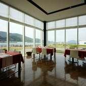 エレガントなランチに。海を一望できるレストラン