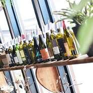 大きなガラス窓の前に美しくディスプレイされたワインボトルの数々。常時20~30種類のイタリアンワインが豊富にそろっています。お好みや料理との相性のいい銘柄を探して、お気に入りの一本に出会えます。