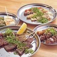 牛串は、「塩」もしくは「タレ」に分けてご用意。その日仕入れたお肉の中から、さらにイチオシのお肉を選び盛り合わせています。
