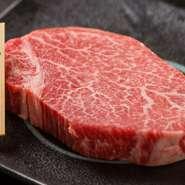 【内容】 シャトーブリアン 150g  牛肉の中でも最上級と言われる希少部位、シャトーブリアンを アリラン峠がこだわり抜いて厳選しました。 お肉は塊で仕入れ、注文を受けてから発送直前に手切りでカットしお肉の状態をしっかりと見極め、常に新鮮な状態で最高な部分を提供しています。  口いっぱいに広がる柔らかな肉質、芳醇な旨みに感動する事間違いありません。
