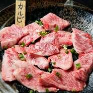 九州産の鮮度の良い和牛肉を仕入れています。注文をお受けして、塊肉から切るので、断面が美しく味も格別です。七輪の炭火で焼くことによって、一層味が引き立ちます。