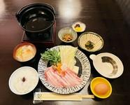 <期間限定> 当店自慢の国産豚です。富士山の湧水で育てられた豚で、生産数が少なく幻の豚肉と言われております。甘味のある脂身が特徴的です。自家製のポン酢と、ゴマダレと相性抜群!ぜひお試し下さい。