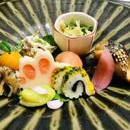 織部焼きなどの和食器が、料理を鮮やかに映えさせる