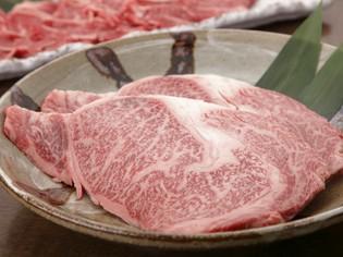 美しいサシの入った「甲州牛」を贅沢に使用