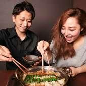 鍋や豊富なドリンクを囲み、楽しい会話が弾む大人のデート