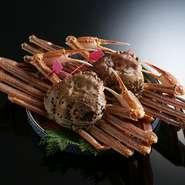 """11月から3月限定で、山陰の城崎から直接届けられた「松葉がに」を味わえます。店内にある生け簀から出してそのまま調理するので、より鮮度の高い""""かに料理""""を楽しめるのが魅力です。"""