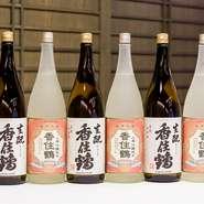 兵庫県の酒蔵を中心に集められた日本酒を堪能しましょう。兵庫県の地酒「香住鶴」を使用した『かに酒』も楽しめます。焼いたかにの甲羅の風味が熱燗に加わると、香ばしさがぐっと増します。