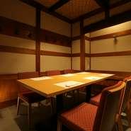 広々とした店内は、どこか懐かしい昭和レトロな雰囲気。ゆったりとくつろぎながら、お料理とお酒を味わえます。大切な方と一緒に会食料理を頂く、贅沢な時間を過ごしましょう。