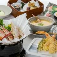 サクッと食感の『かに天ぷら』と、西村屋伝承『かにすき』のコースです。かに爪が入ったボリュームたっぷりの『茶碗蒸し』付き。〆には『かに寿司』を頂きましょう。かに尽くしの贅沢なランチを楽しめます。