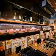 店内はどことなく懐かしい昭和レトロな空間。カウンター席のショーケースには、新鮮な肉が並んでいます。今日はどんなお肉に出会えるのかと高まる期待。時に、珍しい部位と出会えることがあるかもしれません。