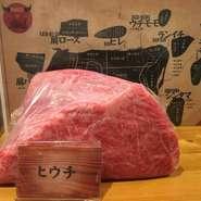 トモサンカクとも呼ばれます。 モモの付け根当たりの部位で、とろけるようなサシが入ったとても上質なお肉です。 ※入荷がない場合があります。