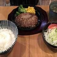 ・特製ハンバーグ ・ごはん ・ミニスープ ・サラダ ・漬物