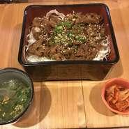 ・牛カルビ重 ・キムチ ・スープ