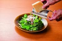 パルミジャーノチーズをお好みの量で削ります。