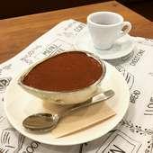 コーヒーに合わせてケーキを楽しむ憩いの時間