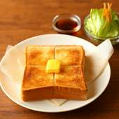 厚みあるトーストにバターを乗せて、ふんわりカリッと焼き上げた『バタートースト(ミニサラダ付き)』