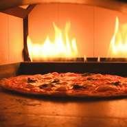 店内に設置の石窯で高温で焼き上げるのは薄焼きタイプのローマピッツアで、ワインとともに楽しむのにぴったりです。『季節の野菜の石窯焼き』も大変好評です。