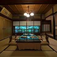 本館・新館にあわせて12部屋のお部屋で食事ができます。人数、用途に合わせて部屋の指定も可能なので、大切な接待のときなどにも安心して伺うことができます。写真は本館の「竹の間」(6名~)。