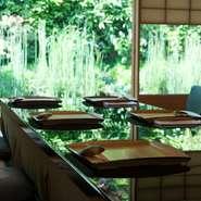 高台寺の緑に包まれた立地もあり、新館のお部屋は美しい庭に面し、本館は山の緑の借景をのぞめます。昼は鳥の声、夜は虫の音と京都の豊かな自然を感じながらの食事は、非日常のひとときを感じられます。