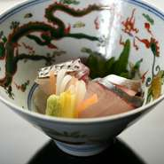 明石の鯛、シマアジ、鰹のたたきなど季節の魚が登場する。季節の歳時記にあわせた器もまた楽しみ。(写真は5月の献立の一例です)