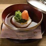 皐月の蒸し物は、甘鯛を新茶の蕎麦で巻いて蒸したものに薬味が添えられています。玉露をベースにしただしは奥深いうまみを感じさせながらも、さわやかな香りを運びます。(写真は5月の献立の一例です)