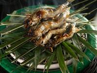 笹が燻される香りもご馳走「鮎塩焼き」