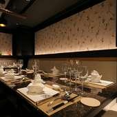 ランチ・ディナー共に利用ができる、重厚感漂う3つの個室
