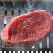 厳選した黒毛和牛を芝浦市場から直接買付けています。肉の熟成には、研究を重ねた本格的なドライエイジングを採用。酵素によりタンパク質が分解され、アミノ酸などの旨味成分が倍増した最高の状態で提供しています。