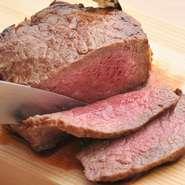 和牛のスペシャリストが厳選した黒毛和牛を芝浦市場から直接買付けて仕入れ。こだわりのドライエイジング製法を採用し、骨付きの大きな部位のまま温度1℃~3℃湿度60%~80%、常に肉の廻りの空気が動く状態をつくる。酵素によりタンパク質が分解されアミノ酸などの旨み成分が倍増した最高の状態で提供いたします。