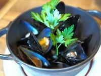ムール貝をシンプルに白ワイン蒸しに仕上げました。
