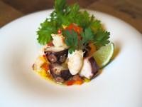 ライムとレモングラスでマリネした牛ハツとレバーを低温調理で仕上げ、 野菜と共に串打ちしたバーベキュースタイル。
