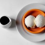バニラアイスに熱々のエスプレッソをかけて お召し上がりください。