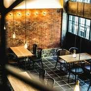温かい、どこか懐かしいお洒落な広々とした開放的な空間。 ランチ、ディナー、パーティ(ご宴会)、ウエディング2次会等、様々なシーンでご利用頂けます。