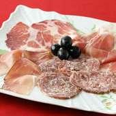 イタリアフィレンツェにいるかのような錯覚におちいる『自家製サラミ、生ハム24ケ月熟成等の盛り合わせ』