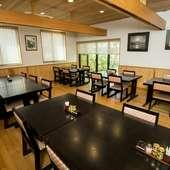 30名以上で貸切利用ができる、離れは座敷のテーブル席