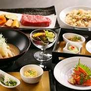 北海道産牛サーロインやオリジナル焼き飯に、素材の味わいを活かしたサラダ・前菜・煮物など9品の小鉢料理と食後には盛り合わせデザート。極上料理や食材の数々を少しずつ堪能できます。