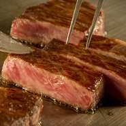 肉の旨み、豊かな風味、脂の甘みのバランスなど、すべての面において最高A-5ランクにふさわしい「北勝牛」。肉汁を逃さないように、一口サイズでカットしてから全面を焼き上げます。