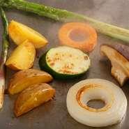 焼き野菜の種類も豊富で、ランチは5種類、ディナーは8種類、北海道産の旬野菜を中心に、絶妙の火加減で焼き上げます。