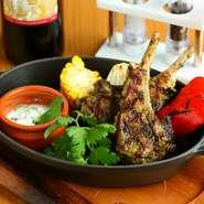 野菜は三浦半島の旬野菜を直送し、魚介と肉は各地からクオリティ基準をハイレベルに厳選した食材を使用。枠に捕らわれず、あえてジャンルを設定しないオリジナルテイストの料理に仕立ててくれます。